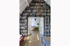Une bibliothèque comme encadrure de la porte