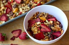 Paleo Granola With Oven-dried Strawberries - Healthy Recipes - Snack Healthy Snacks, Healthy Eating, Healthy Recipes, Clean Eating, Raw Recipes, Snack Recipes, Primal Recipes, Whole Food Recipes, Oven Dried Strawberries