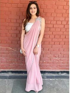 How to Select the Best Modern Saree for You? Saree Designs Party Wear, Party Wear Sarees, Saree Blouse Designs, Trendy Sarees, Stylish Sarees, Stylish Dresses, Simple Sarees, Indian Fashion Dresses, Indian Designer Outfits