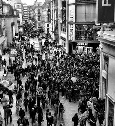 La foule se presse devant le Citadium Caumartin pour tenter d'apercevoir les actrices de Spring Breakers !