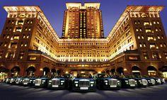Das Peninsula ist das älteste, und auch berühmteste Hotel Hongkongs. Neben dem unaufdringlichen Luxus, der hypermodernen Technologie und dem perfekten Komfort, sind es vor allem die Mitarbeiter, die das Traditionshaus zu etwas Besonderem machen.