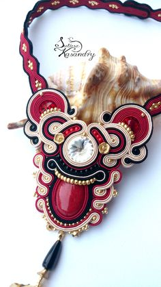 Niepowtarzalna nietuzinkowa biżuteria sutasz-moje życie moja miłość Soutache Pendant, Soutache Necklace, Embroidery Jewelry, Beaded Embroidery, Handmade Necklaces, Handmade Jewelry, Beading Projects, Beaded Jewelry, Bracelet Watch