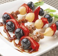 Gildas de piquillos, anchoas y aceitunas Finger Food Appetizers, Yummy Appetizers, Appetizer Recipes, Weed Recipes, Spanish Tapas, Tapas Bar, Antipasto, Sin Gluten, Food To Make