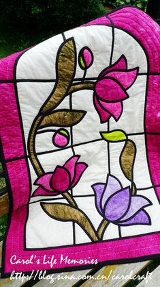 Stained Glass Quilt - Tulips - hand applique & quilting by Carol Huang Stained Glass Quilt, Stained Glass Flowers, Stained Glass Designs, Stained Glass Patterns, Hand Applique, Applique Patterns, Quilt Patterns, Patchwork Quilting, Applique Quilts