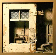 Kunstenaar PETER GABRIELSE 1937 - Titel Kijkkast met tafeltje-2 Afmeting 37 x 37 Techniek gemengde techniek Bijzonderheden Herkomst: atelier Peter Gabrielse. . Het Interbellum