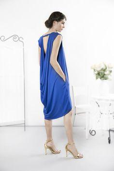 Wygodna szafirowa sukienka typu oversize uszyta z dzianiny wiskozowej. Przód sukienki klasyczny, prosty z delikatnymi zakładkami na ramionach. Tył ekstrawagancki z odkrytymi plecami i drapowaniem...