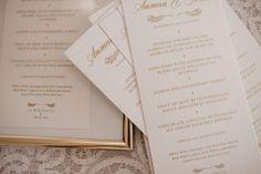 Minutas (menús) de boda pintados en dorado sobre fondo blanco. #weddingmenu #weddingstationery #weddingidea #weddingtime