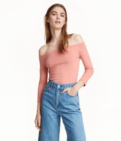 Powder pink. Off-the-shoulder top in soft cotton jersey with 3/4-length sleeves.