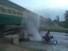 Dû à la chaleur en Inde, les trains n'ont plus de vitres, on comprend mieux les effets de cette vidéo http://twit.lu/f9