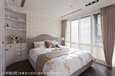 主臥壁面為淺淺粉紫色,搭配上開放式轉角櫃設計,以線條細節柔和了氛圍質感。