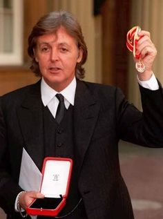 Former Beatle Sir Paul McCartney showed off his medal after receiving his knighthood from the Britain's Queen Elizabeth II during an investiture ceremony at Buckingham Palace on March 1997 Sir Paul, John Paul, Paul Wesley, Paul Mccartney And Wings, Linda Mccartney, Liverpool, Guitar Guy, Guitar Tabs, Investiture Ceremony