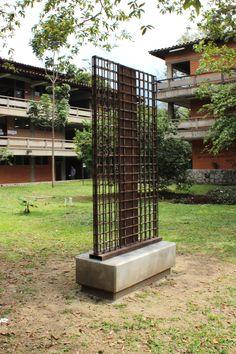Carlos Rojas, Yo Cruzado, 1977, Hierro semipintado, 2.40x1.40x0.7 Universidad de Antioquia, Medellín, Colombia