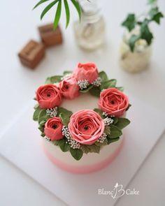 사랑스러운 핑크 라넌큘러스와 라이스플라워, 그린 소재들로 올려진 미니 리스케이크~ 시트는 깊고 진한 맛, 진득한 식감이 일품인 초코쇼콜라…