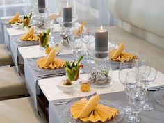 Tischdeko mit Servietten: Elegante Tischdeko mit Mango-gelben Servietten - Wohnen & Garten