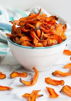 Healthy Baked Carrot Chips Recipe - Get your crunchy chip-fix without ruining your diet! These gluten free, low fat snacks are easy to make and easy to love (Healthy Diet Recipes) Healthy Salty Snacks, Low Fat Snacks, Healthy Chips, Healthy Baking, Paleo Chips, Healthy Foods, Summer Snack Recipes, Vegan Recipes Easy, Cooking Recipes