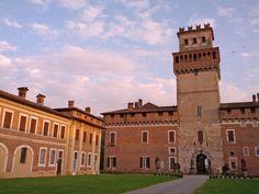 Complesso Monumentale Castello Procaccini a Chignolo Po, Pavia, una visita da mettere in programma perché merita davvero. Location ideale per eventi, matrimoni e ricevimenti, ma soprattutto una Dimora Storica autentica e ricca di storia. #travel #italy #castelli #dimorestoriche
