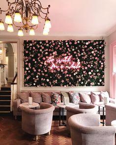 Wanddekoration // Neonlichter - Decoration For Home Salon Interior Design, Cafe Interior, Living Room Decor, Bedroom Decor, Bedroom Lighting, Living Rooms, Neon Licht, Beauty Salon Decor, Table Design