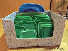 Amazing Freebie Diy: Recycled Food Storage Lid Organizer Keeping food storage container lids under control can be a nightmare for any kitchen. Here is how to finally conquer the beast with an easy, functional, upcyled storage container. Organize Plastic Containers, Diy Storage Containers, Pet Food Storage, Diy Storage Boxes, Recycling Containers, Lid Storage, Food Containers, Kitchen Storage, Storage Ideas