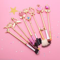 Beautifully crafted brushes resembling Sailor Moon's arsenal of magical girl scepters and wands, perfect for any fan! make up brushes set Sailor Moon Brush Set ❀ Gold Makeup Guide, Makeup Geek, Makeup Kit, Makeup Tools, Eyeshadow Makeup, Eyeliner, Sailor Moon Cosplay, Sailor Moon Make-up, Sailor Venus