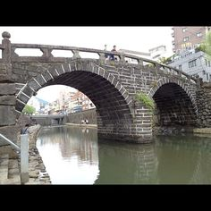 眼鏡橋 場所: 長崎県長崎市魚の町 寛永11年(1634)、唐僧・黙子如定[もくすにょじょう]によって架設。中島川石橋群の中では唯一の双円アーチ型で、水に映った姿が眼鏡のように見えるためこの名が付いている。眼鏡橋のビューポイントは2つ隣の東新橋。アーチが高いので、眼鏡橋を正面から見下ろす角度で見ることができる。橋の向こうに夕日が沈む景色は一見の価値あり。河畔は中島川公園として整備され、枝垂れ柳が風情を感じさせる。川沿いに遊歩道もあるので、ゆっくりと散歩をしてみよう。夜22時までライトアップ実施。長崎の観光名所として人気が高い。