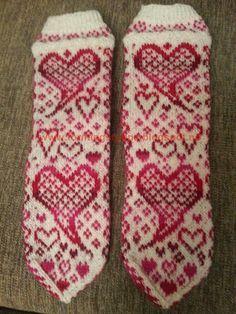 Let your fingers do the walking: Formingstuppas hjertesokker Knitted Mittens Pattern, Knit Mittens, Knitting Socks, Knitting Patterns, Knit Socks, You'll Never Walk Alone, Warm Socks, Nordic Style, Ravelry