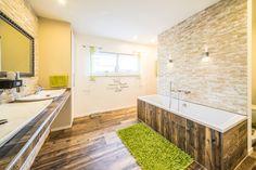 Fertighaus - Wohnidee Badezimmer #Haus #Fertighaus #modern #Badezimmer #Badewanne #Beleuchtung #hell #Holz #Stein #Natur