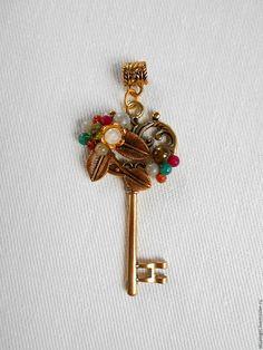 Золотистая подвеска-ключ с россыпью натуральных камней.
