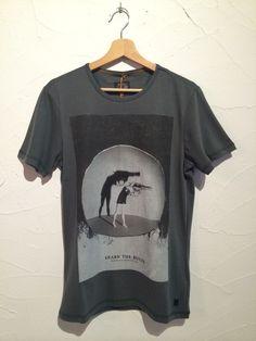 Camiseta manga corta mujer pistola. Moda Hombre