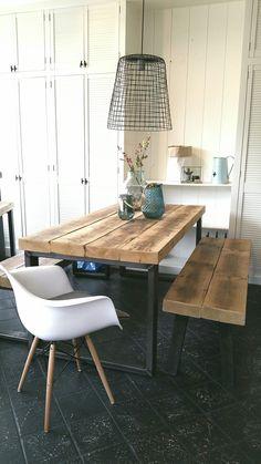 Eettafel en bankje Timber combineert prachtig met een designstoel.