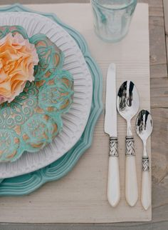 lnteresting mix of china patterns,works so well.  Peach and tiffany blue..a rich warm palette