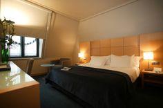 Disfrute de las habitaciones y de los servicios de las mismas, ideales para aquellos que buscan tranquilidad tras una jornada de negocios o turismo. http://www.hoteles-silken.com/hoteles/ciudad-vitoria/habitaciones/
