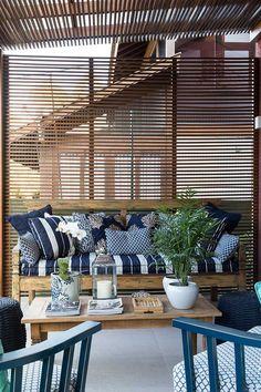 Decoração de casa charmosa, sem frescura, com quintal, varanda e piscina. Na varanda piscina, espreguiçadeira, prancha de surf e plantas. #decoracao #decor #details #casadevalentina