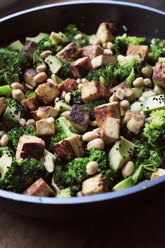 Potluck by one: Liittykää kerhoon | Pähkinäinen tofu-parsakaalisalaatti