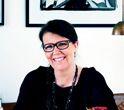 Trine Hahnemann, kendt og anerkendt kok både herhjemme og i udlandet, international debattør og foredragsholder, madskribent og indehaver af firmaet Hahnemanns Køkken, der dagligt står bag 3.000 frokoster i private og offentlige virksomheder i Storkøbenhavn. Hun har et passioneret forhold til rug, er en engageret fortaler for økologi og bæredygtige løsninger, samt at mad skal være lavet med kærlighed, og hun bliver ofte brugt som hovedtaler ved internationale konferencer, symposier m.m.
