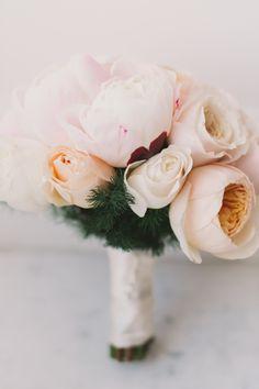 Soft pink & peach bouquet | Photography: Renee Hollingshead - www.reneehollingshead.com