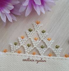 Dağlara geçtiysek yolu yarıladık demektir..#igneoyasidag #iğneoyası #igneoyalarim #elemeği #emekcikadinlar #havlukenari  #ensevdiğimiğnem… Seed Bead Tutorials, Beading Tutorials, Crochet Flowers, Crochet Lace, Bargello, Filet Crochet, Embroidery Stitches, Seed Beads, Elsa