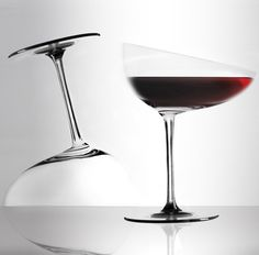 I think we all know how a wine glass looks like unless you have seen the Calici Caratteriali Wine Glasses. Unlike the traditional wine glasses with clean and even lines, the Calici Caratteriali is an asymmetrical wine glass. Deco Design, Glass Design, Design Set, Modern Design, Verre A Vin Design, Unique Wine Glasses, In Vino Veritas, Wine Drinks, Carafe