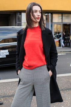 Le rouge à lèvres rouge  aperçu en street style à la Fashion Week automne-hiver 2017 2018 de Londres