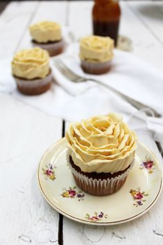 Divino Macaron: Cupcakes de Banana y Nuez con Buttercream de Caramelo