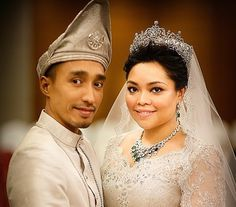 HRH Tunku Kaiyisah of Malaysia, on her wedding day wearing the emerald necklace and earrings of her grandmother HM Sultana Kalsom of Pahang