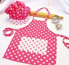 Retro Pink and White Dots Child Apron and Chef Hat set. not this one per se, just the idea Childrens Apron Pattern, Child Apron Pattern, Childrens Aprons, Sewing Hacks, Sewing Crafts, Sewing Projects, Sewing For Kids, Baby Sewing, Sewing Aprons