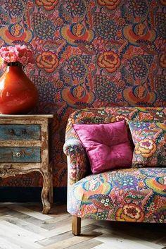 sofá-tapizado-flores-tela-liberty-londres-a-juego-con-pared