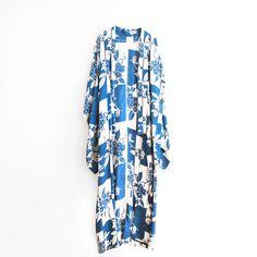Petroleumsblå og hvid silkekimono fra Kimono in the Clouds med aftegninger af blade og blomster fra My Fair Shop