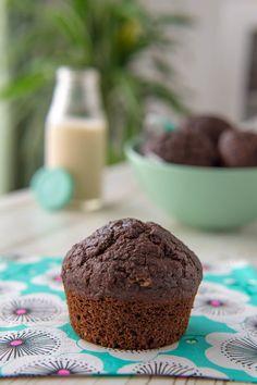 I muffin integrali al cioccolato senza burro si preparano con olio di semi (poco) e tanto latte vegetale, nel mio caso di avena.  Sono facili e veloci da realizzare, non richiedono che una ciotola e pochi ingredienti che tutti abbiamo in casa e che si possono variare all'infinito. #muffins #cupcakes #muffin #baking #food #foodporn #cake #chocolate #cookies #breakfast #homemade #instafood #muffinstagram #foodphotography #foodie #dessert #cakes #vegan Dessert, Breakfast, Foodie, Semi, Biscotti, Latte, Cupcakes, Home, Infinite