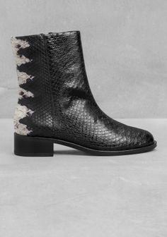 Crafted from calf leather, these boots feature a comfy ankle height, a zip-closure, and a sophisticated snakeskin print. - 1150 kr.