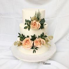 Weddingcake, aidot kukat, ruusut, kreemipinta Cakes, Desserts, Food, Tailgate Desserts, Deserts, Cake Makers, Kuchen, Essen, Cake