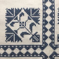 Embroidery tablecloth Mantel Azul, Chicken Scratch, One Color, Needlepoint, Cross Stitch Patterns, Cloths, Corner, Blue And White, Kids Rugs