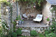 mediterraner garten In the garden charming barn Small Courtyard Gardens, Small Courtyards, Back Gardens, Small Gardens, Outdoor Gardens, Garden Nook, Garden Cottage, Garden Spaces, Balcony Garden