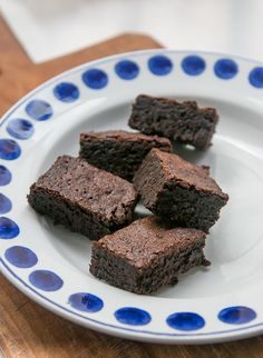 Salty deep-dark chocolate brownie recipe from Ovenly bakery in Brooklyn, a sweet-salty surprise in every bite! Sweets Recipes, Brownie Recipes, Just Desserts, Cookie Recipes, Chef Recipes, Healthy Recipes, Dark Chocolate Brownies, Salted Chocolate, Chocolate Desserts