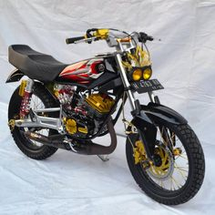 Gambar mungkin berisi: sepeda Motor Yamaha Motorcycles, Custom Motorcycles, Custom Bikes, Cars And Motorcycles, Yamaha Rx100, Status Wallpaper, Honda 125, King Cobra, Motorcycle Engine